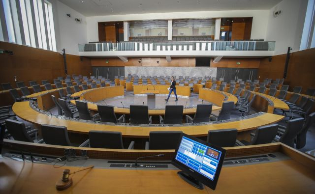V veliki dvorani je 150 sedežev, ki se spuščajo proti osrednjem krogu iz sivega pohorskega granita, na katerem je delno vrtljiv govorniški pult. FOTO: Jože Suhadolnik