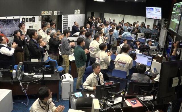 Veselje v nadzornem centru Jaxe ob pristanku Hajabuse 2 na asteroidu. Foto Jaxa