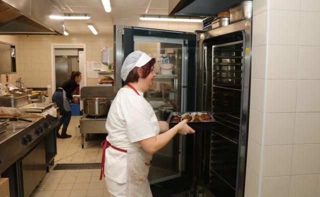V Medgeneracijskem središču Mensana za sedaj še najbolj donosno deluje samopostrežna restavracija. FOTO: Jože Pojbič/Delo