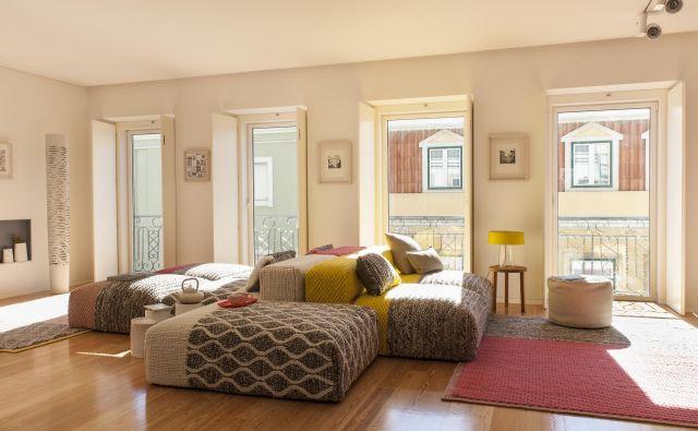 Središče bivalnega prostora predstavlja udobna modularna zofa Mangas Sapce, ki jo je za španskega proizvajalca Gun rugs oblikovala priznana oblikovalka Patricia Urquiola. FOTO: arhiv Atelier Ligia Casanova