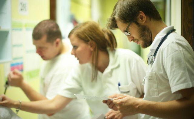 Bolnišnica ali zdravstveni dom dobi za izobraževanje mladega zdravnika 450 evrov na leto, ta pa se mora izobraževati zunaj delovnega časa, običajno ob vikendih. FOTO: Jure Eržen/Delo