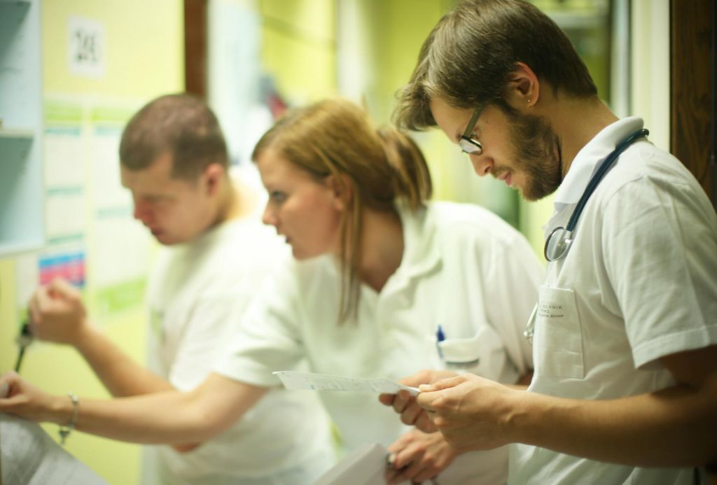 Mladi zdravniki si sami plačujejo izobraževanje