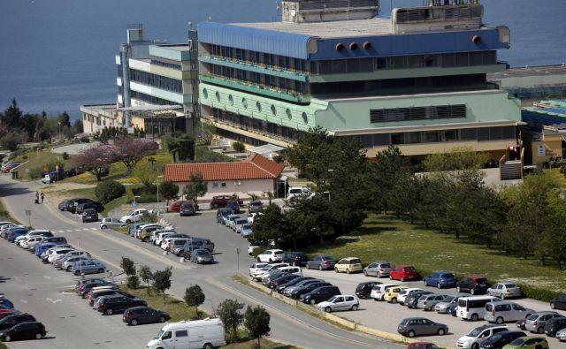 O primeru pripravnice s ponarejeno diplomo, ki so jo zaznali v SB Izola, na zdravniški zbornici sicer niso obvestili zdravstvenega ministrstva in medicinske fakultete, so ga pa prijavili policiji. FOTO: Mavric Pivk/Delo