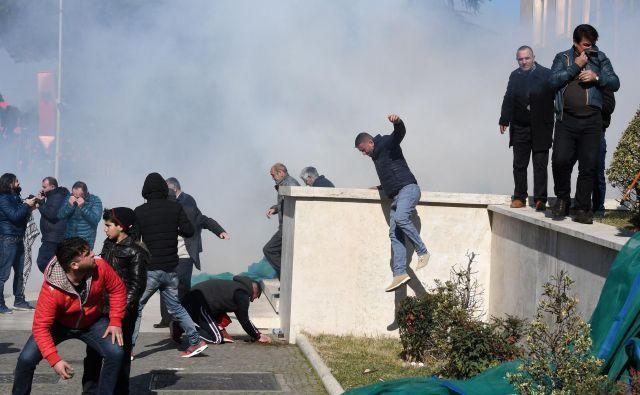 Protivladni protest, ki ga je v nedeljo v Tirani organizirala opozicijska Demokratska stranka, se je sprevrgel v nasilje. FOTO: Gent Shkullaku/AFP
