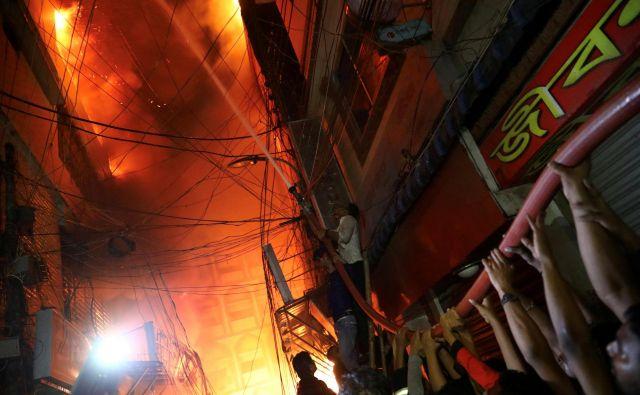 Okoli 200 reševalcev in gasilcev še vedno išče morebitne preživele.FOTO: Mohammad Ponir Hossain/Reuters
