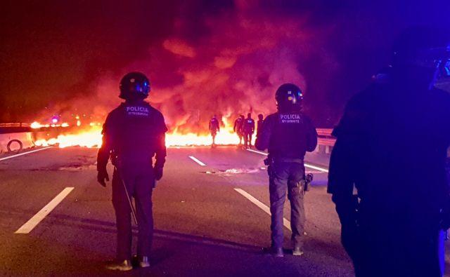 Goreče barikade na avtocesti blizu Girone. FOTO: Reuters