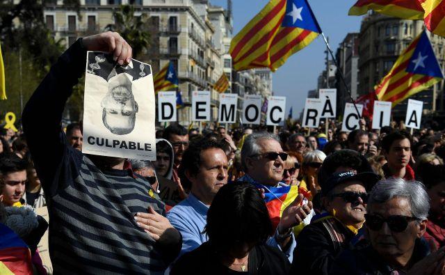 Protestniki v Barceloni. FOTO: Lluis Gene/AFP