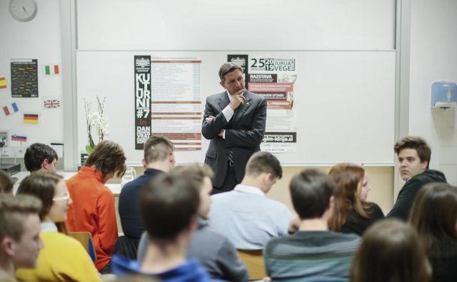 Borut Pahor, človek tisočerih poklicev, je pred kratkim obiskal gimnazijo Jurija Vega v Idriji. FOTO: Uroš Hočevar