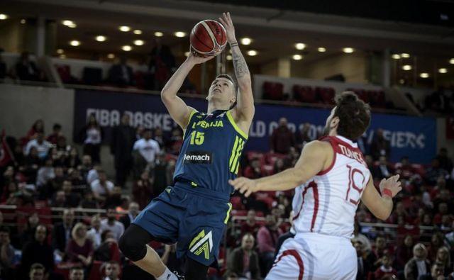 Gregor Hrovat se je v Ankari izkazal z 12 točkami, 7 skoki n 3 asistencami. Desno Bugrahan Tuncer. FOTO: FIBA
