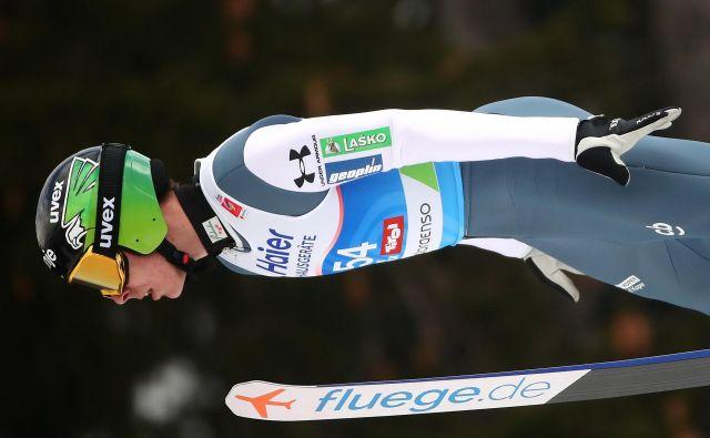 Timi Zajc (še) ni razrešil uganke, ki jo za smučarske skakalce prvi vikend na 52. nordijskem SP predstavlja (velika) naprava na Bergislu. FOTO: Reuters