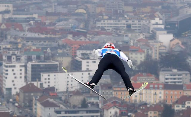 Takšen razgled na Innsbruck si je včeraj priskakal kvalifikacijski zmagovalec Markus Eisenbichler. FOTO:Michael Dalder/Reuters