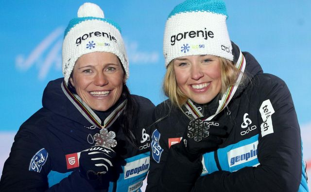 Katja Višnar (levo) in Anamarija Lampič sta slovenskemu zastopstvu pritekli prvo kolajno v Seefeldu. FOTO: AFP