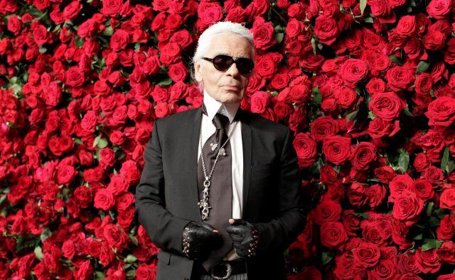 Ni pristajal na tabuje, na družbeno dogovorjeno obnašanje. Dovolil si je biti to, kar je. Kontroverzni modni oblikovalec Karl Lagerfeld, za nekatere genij, za druge klofuta feminizmu, je odšel 19. februarja 2019. FOTO: Kena Betancur/ Reuters