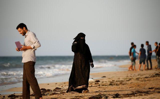 Družbene prakse islama v arabskih državah kažejo, da je, kar zadeva spolnost, telo in svobodo žensk, blokad ogromno. FOTO: Zohra Bensemra/Reuters