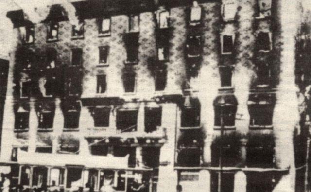 Narodni dom v Trstu ob požigu leta 1920.