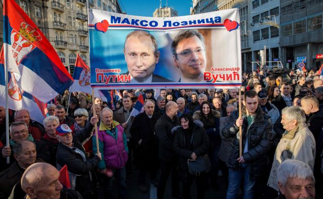 Srbski vožd Aleksandar Vučić bo s turnejo, tako kot ob obisku ruskega predsednika Vladimirja Putina, dokazal, da tiha večina ni na protestih, temveč podpira njegovo politiko. FOTO: Vladimir Zivojinović/AFP