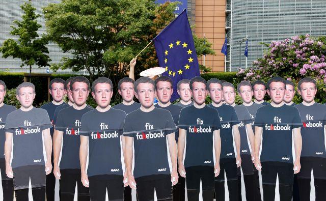 Demonstranti so pred pričanjem Marka Zuckerberga pred evropskim parlamentom opozarjali na sporno vlogo tega družbenega omrežja. Foto Reuters