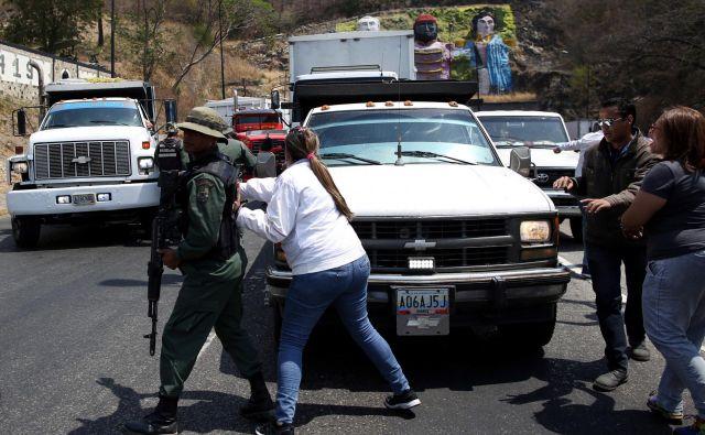 Na meji med Kolumbijo in Venezuelo je zelo napeto. FOTO: Reuters