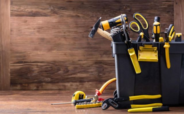 Se še spomnite, kako je oče znal doma vse popraviti sam? FOTO: Shutterstock