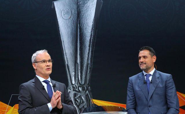 General sekretar Uefa Giorgio Marchetti nekdanji nogometaš Andres Palop sta vlekla kroglice na žrebu v Nyonu. FOTO: Reuters.