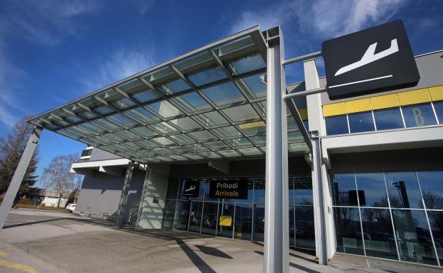 Letališče Edvarda Rusjana je popolnoma brez potnikov, šolanje pilotov je tako rekoč edini posel. Foto Tadej Regent