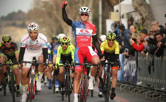 Slovenec Marko Kump iz ekipe Adria Mobil je zmagovalec dirke v Izoli. FOTO: Jure Eržen/Delo