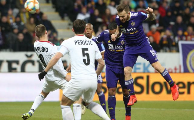 Maribor je ob napakah sodnikov ušel porazu, Mura je bila še tretjič v sezoni nerešljiva uganka za <em>vijolične</em>. FOTO: Tadej Regent/Delo