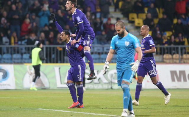 Marcos Tavares je izkoristil sodniški spodrsljaj in zabil svoj 147. ligaški gol ter preprečil poraz Maribora. FOTO: Tadej Regent/Delo