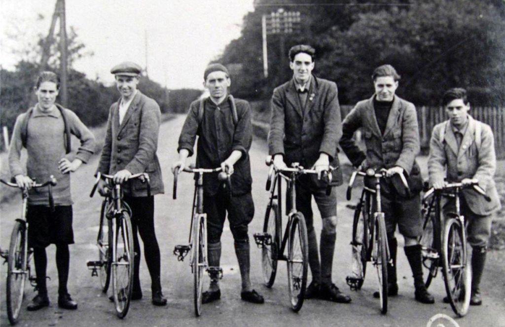 Šest prijateljev vkup kolesari