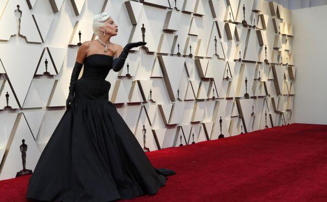 Lady Gagav črni različici sodobne ekstravagance (Alexander McQueen, ogrlica Tiffany). FOTO: Mario Anzuoni/Reuters
