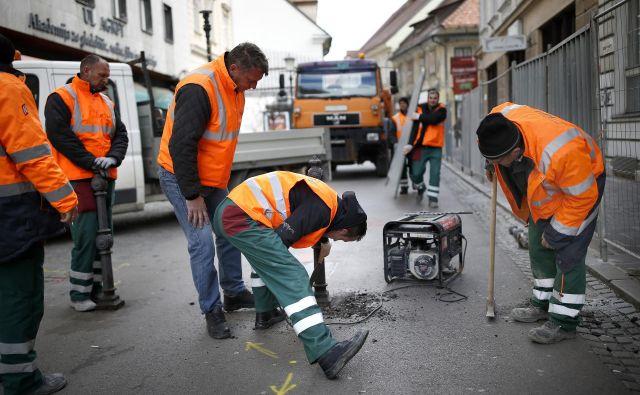 Včeraj dopoldne so na Trubarjevi ulici začeli postavljati zapore, danes pa naj bi delavci KPL in Nigrada že začeli razkopavati območje od Prešernovega trga proti Resljevi. Foto Blaž Samec