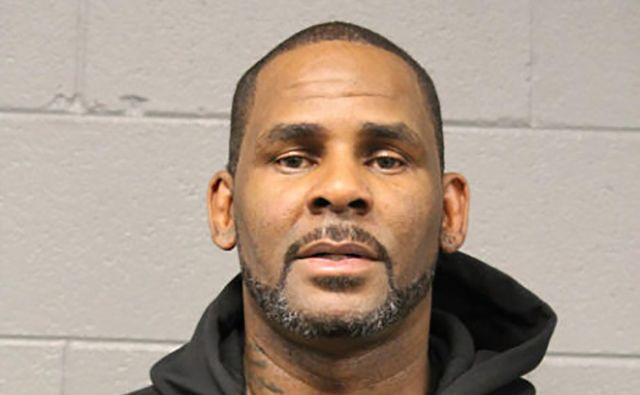 R. Kelly, dobitnik grammyjev in eden najbolj prodajanih pevcev, v arestu, na fotografiji čikaških policistov. FOTO: HO/Chicago Police Department/AFP