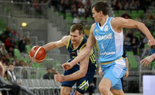 Ukrajinci so bili veliko višji, toda Zoran Dragić (z žogo) ni razmišljal o vdaji. Ob njem Vjačeslav Kravcov.FOTO: Voranc Vogel/Delo
