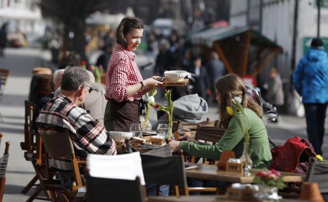 Topli dnevi v Ljubljani so številne privabili na prosto. Foto Leon Vidic/Delo