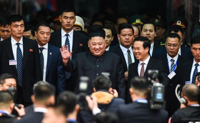 Severnokorejski voditelj Kim Džong Un je po 66-urnem potovanju prek Kitajske iz vagona izstopil spočit in nasmejan. Z ameriškim predsednikom Donaldom Trumpom se bosta najprej srečala danes zvečer, glavni pogovori bodo potekali jutri. FOTO: AFP