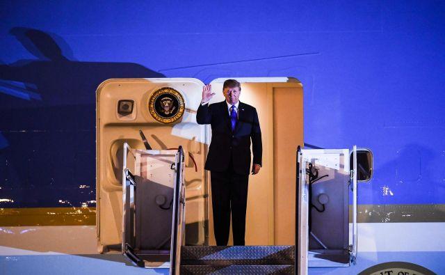 Ameriški predsednik je prispel v Hanoi. FOTO: AFP