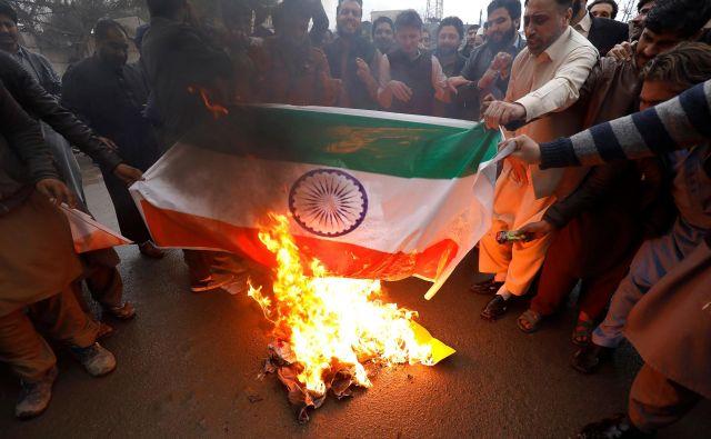 Po napadih so v Pakistanu zažigali indijske zastave. FOTO: Reuters