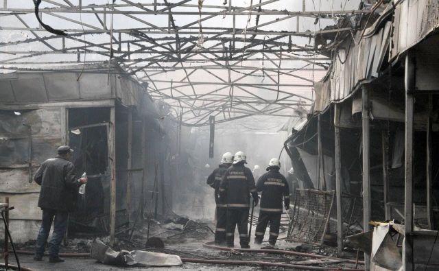 Najprej je zagorelo v delu tržnice, kjer so prodajali konfekcijo in obutev. FOTO: Facebook/Profesionalna vatrogasna brigada Tuzla