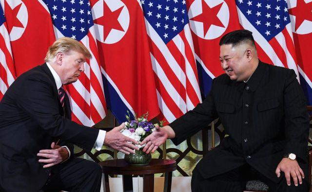 Kim Džong Un in Donald Trump naj bi po nekaterih ugibanjih danes podpisala dokument o koncu korejske vojne, ki so jo leta 1953 ustavili s prekinitvijo ognja, ne pa tudi z uradnim mirovnim sporazumom. Foto AFP