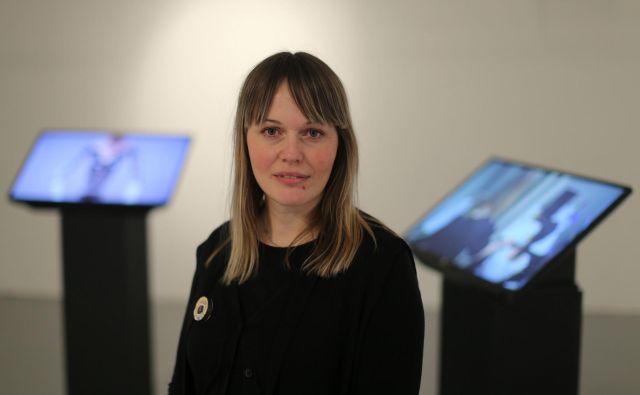 Maša Jazbec, umetnica. Danes se v Equrni končuje njena pregledna intermedijska razstava Hibridizacija živosti, na kateri odpira vprašanja o simbiotičnem razvoju novih tehnobioloških entitet – hibridov. FOTO: Tomi Lombar/Delo