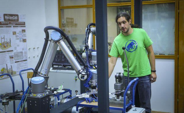 Za uspešno industrijo prihodnosti bo nujno sodelovanje robotov in ljudi. Foto Jože Suhadolnik