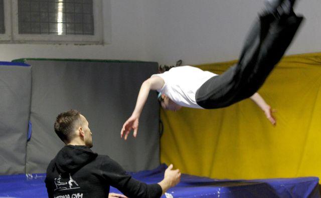 vadba na trampolinu od vadečega zahteva aktivacijo velikega števila mišičnih skupin, nekateri navajajo tudi do 400 mišic. FOTO: Mavric Pivk/Delo