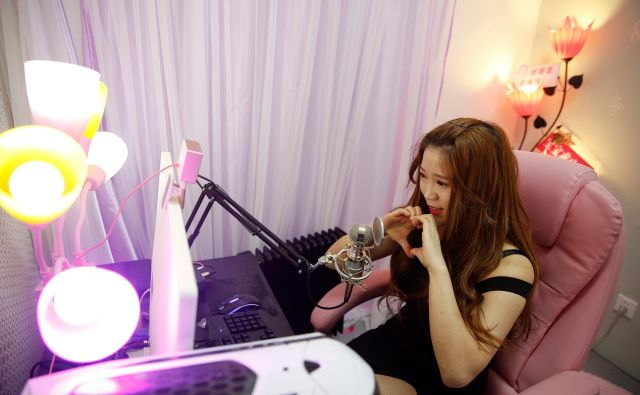 A girl broadcasts at live streaming talent agency Three Minute TV in Beijing, China, February 11, 2017. Picture taken February 11, 2017. REUTERS/Damir Sagolj - RC1A51CA1930 Foto Reuters