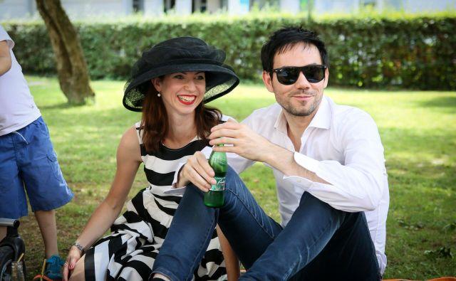 Petra in Sašo Greiner na čajanki pred Muzejem narodne osvoboditve v Mariboru. FOTO: Matej Kristović