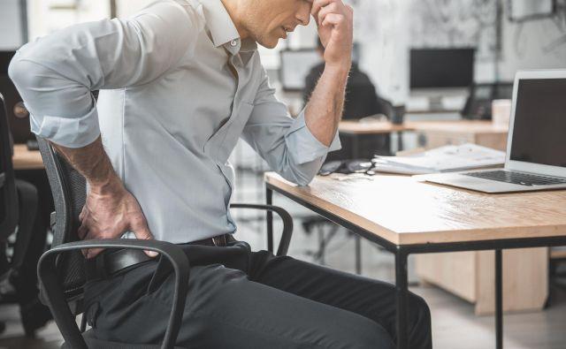Neprekinjeno sedenje in napetost lahko privedeta do hudih bolečin, zaradi katerih je včasih potrebna dolgotrajna bolniška odsotnost. FOTO: Shutterstock