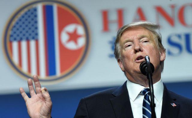 Donald Trump je po srečanju povedal, da se kljub severnokorejskim obljubam o denuklearizaciji ne morejo odpovedati vsem sankcijam. FOTO: Saul Loeb/AFP