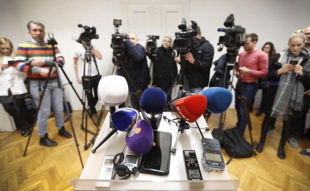 V nečem so si politiki najrazličnješih orientacij vendarle enotni: delovanje množičnih medijev dojemajo v izrazito negativni luči. FOTO: Leon Vidic/Delo