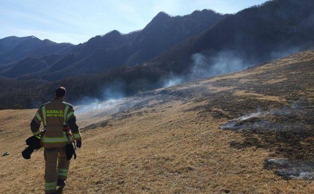 Travniški požar so ukrotili tudi člani PGD Dolenja Trebuša in PGD Most na Soči. Foto PGD Dolenja Trebuša