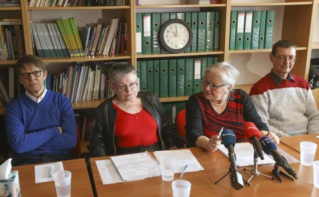 Pobudniki Igor Pribac, Alenka Čurin Janžekovič, Biserka Marolt Meden in Andrej Pleterski nasprotujejo, da je vprašanje izključno v domeni zdravnikov. Morali bi ga reševati vsi državljani, ki so sposobni moralne presoje. FOTO: Jože Suhadolnik/Delo