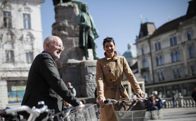 Timmermans, ki je v Ljubljani na povabilo SD, je dan namenil pogovorom in nagovorom o Evropi, o kakršni sanja. Ob njem kandidatka za evropsko poslanko Dominika Švarc Pipan. FOTO: Uroš Hočevar/Delo